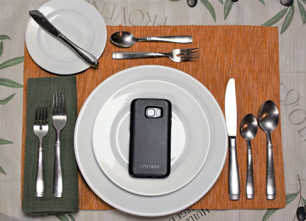 Table-setting-with-phone-plate-600