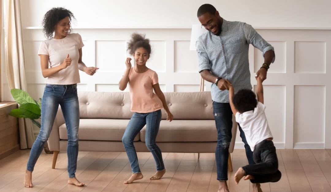 african-couple-and-little-kids-dancing-together-at-home-picture-id1177320077